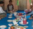 Fairaway-rundreise-sueden-sulawesi-10-Makassar culinaire excursie samen eten op de grond