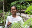 Kleinbäuerin Ibu Paris auf ihrem Feld (2) (1)