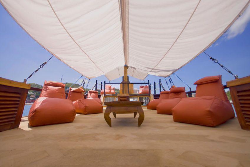 wunderpus-liveaboard-komodo-middle-relaxing-deck