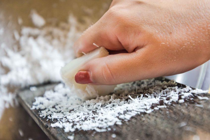 Viel Kokos raspeln heißt es beim balinesischen Kochkurs